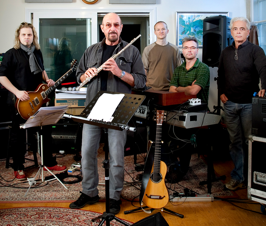 Ian Anderson (front) with from left to right guitarist Florian Opahle, drummer Scott Hammond, keyboard player John O'Hara and bassist David Goodier.