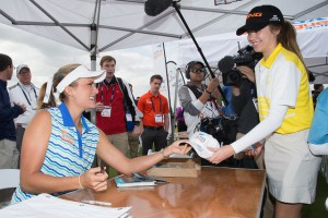 Lexi_DemoDay_Autographs_640x425