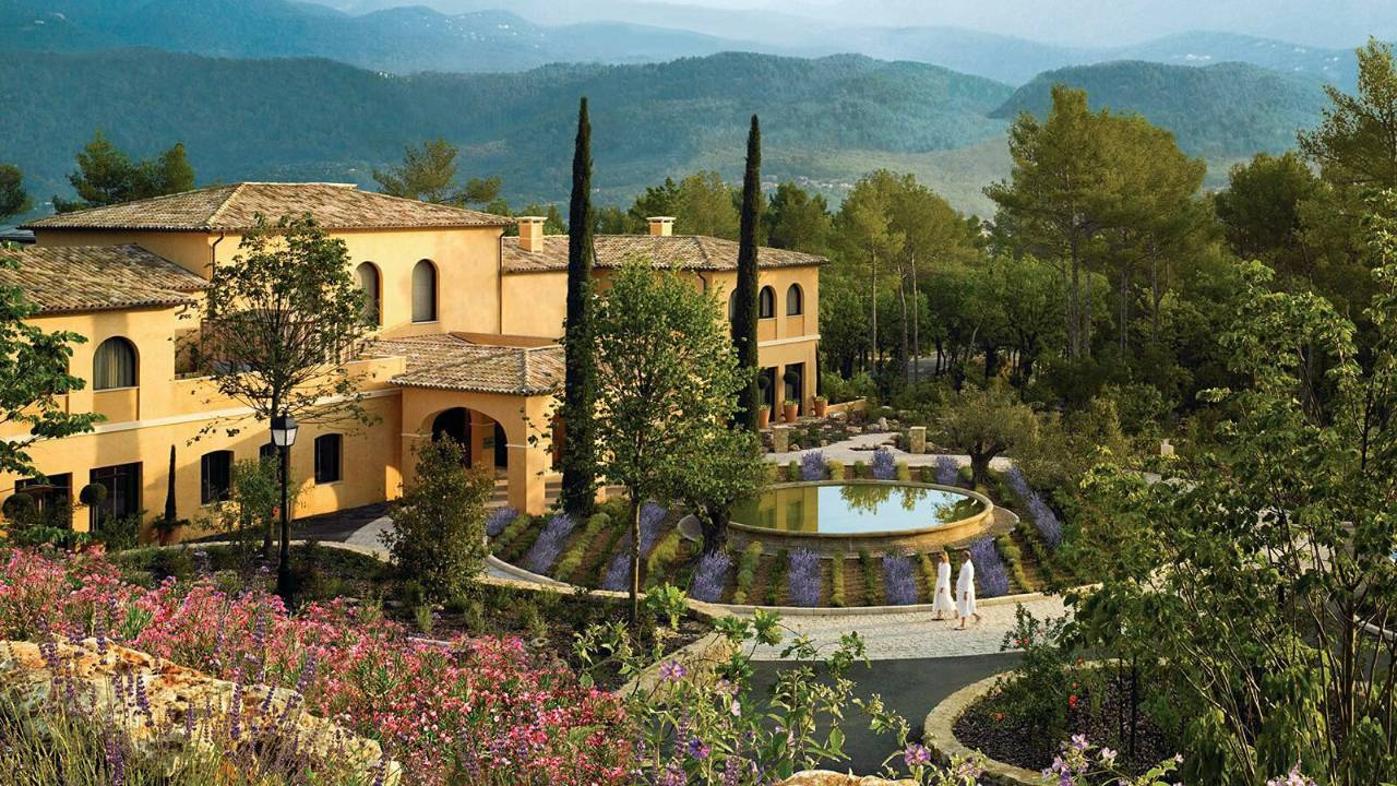 Provence hideaway impeccable golf at the chic four for Hotel luxe france