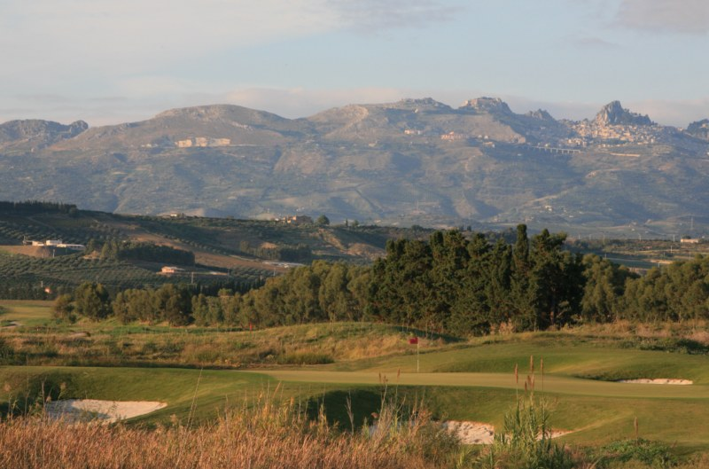 Verdura Golf  Spa Resort Sicily - 10th Green  Mountains_IanLowe (2) [800x600]