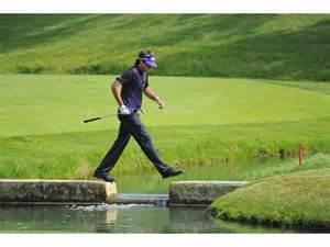 Bubba Watson navigates a water hazard