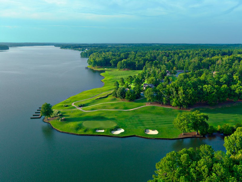 The 4th and 5th hole hug the shoreline. The short 5th is especially strong, with a delicate approach over a small inlet to a narrow green.