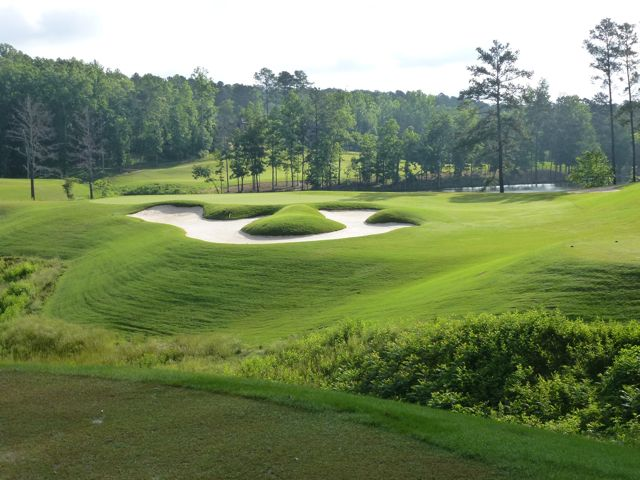 Echelon's par-3 3rd, playing over a Rees-ified bunker with pillow-soft banks.