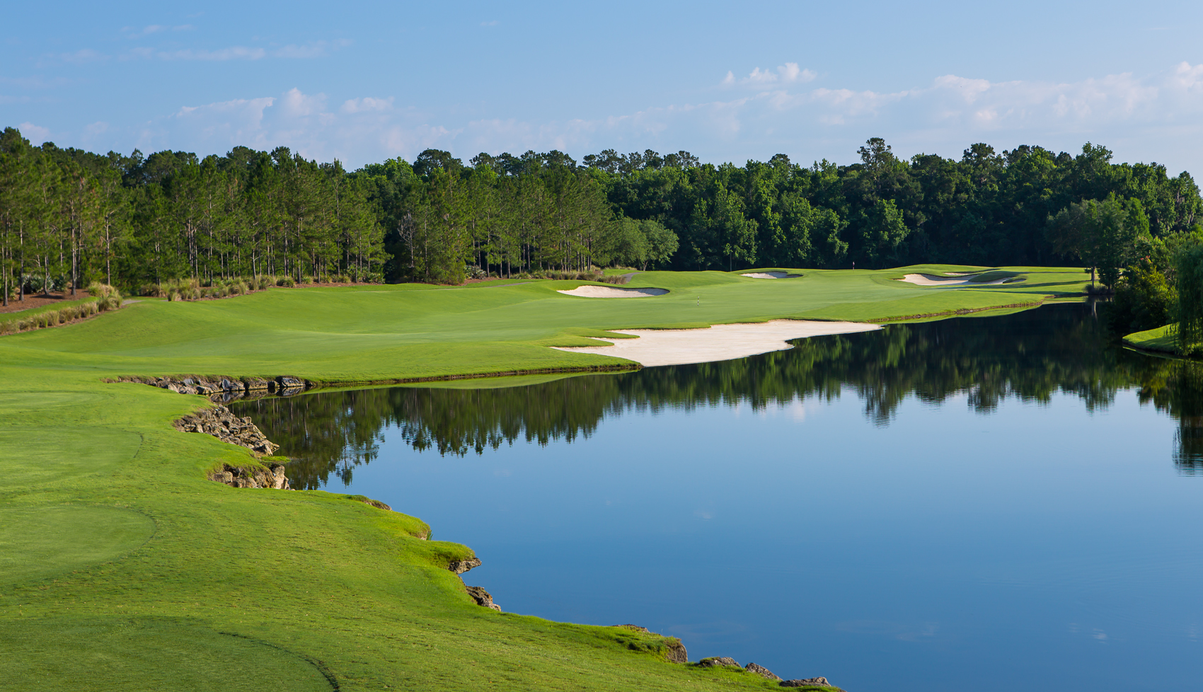 King & Bear's first hole has recognizable elements from both the Nicklaus and Palmer design firms.
