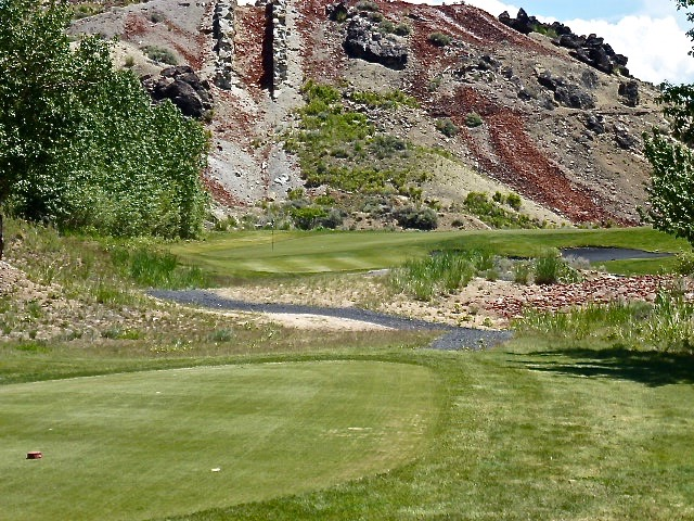 The strong little par-3 4th sits features one of the course's best greensites nestled up against the foothills.