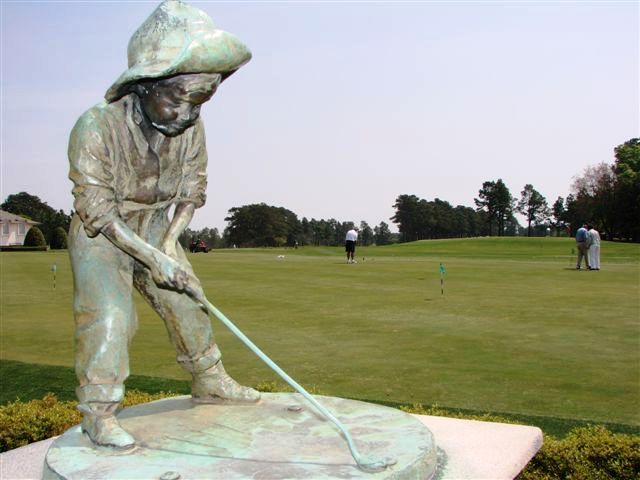 Putter Boy overlooks the practice green at Pinehurst